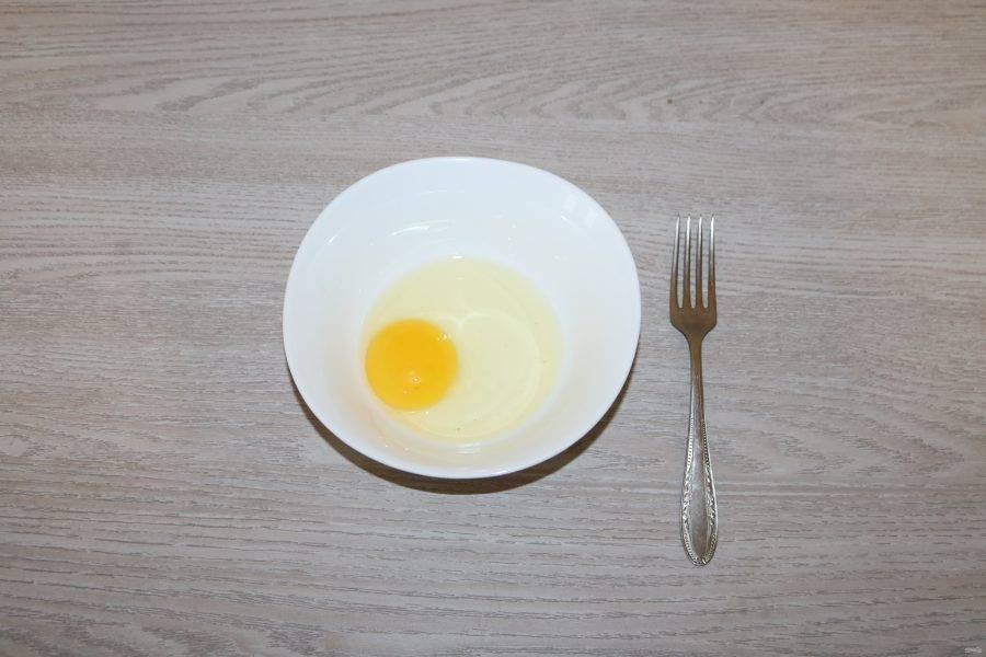 Взбейте куриное яйцо.