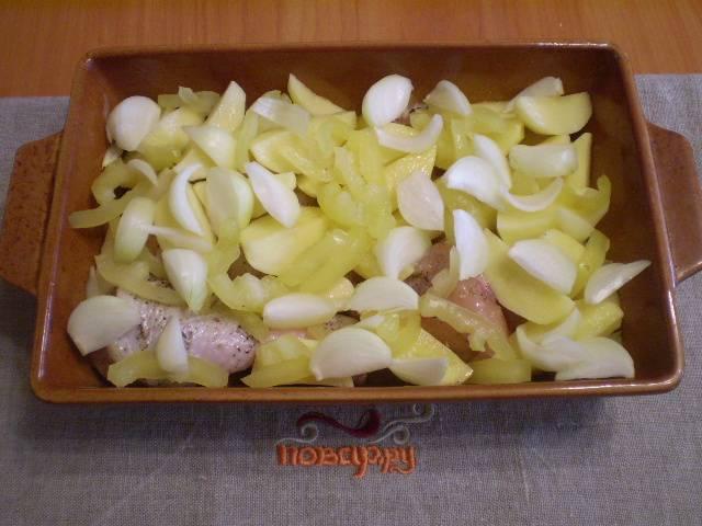 Сверху кладем равномерно картофель и лук. Солим.