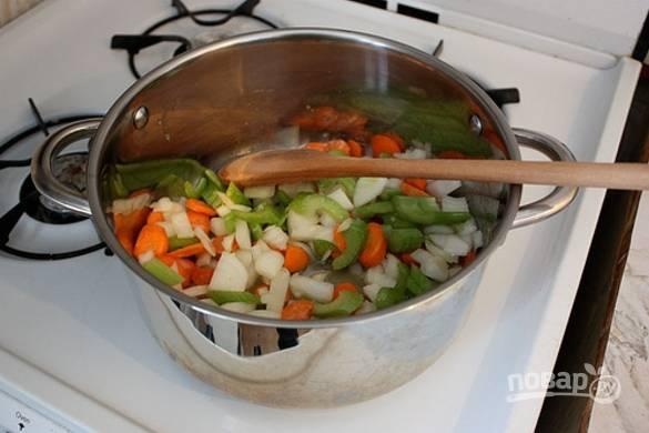 В сотейнике растопите масло и отправьте туда нарезанные овощи, добавьте измельченный чеснок. Жарьте 5 минут, затем добавьте порезанный мелким кубиком картофель.