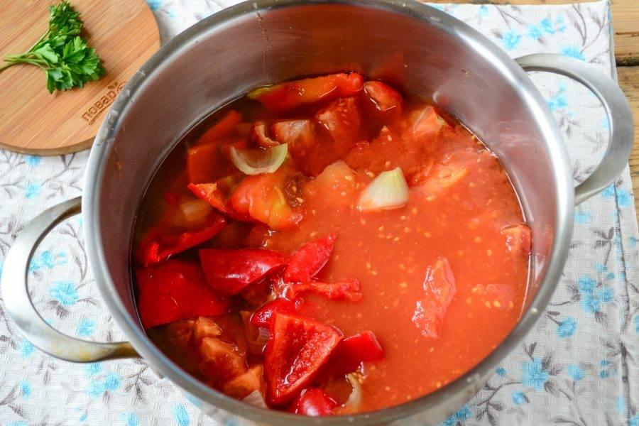 Добавьте также томатный сок, предварительно его попробуйте, если он слишком кислый, то добавьте 1 ч. ложку сахара, чтобы сбаллансировать вкус, и немного паприки. Поставьте кастрюлю на огонь и доведите до кипения, варите суп на медленном огне, пока все овощи не станут мягкими. В каждом случае время приготовления может отличаться, поскольку плотность помидоров и перца бывает разная.