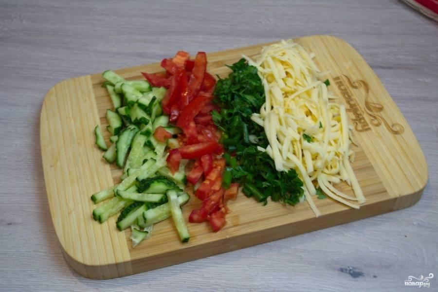 Свежие помидоры и огурцы нарежьте меленько. Дело не в том, что нужно поупрожняться, а в том, что крупные кусочки овощей будут неудобно торчать из питы, вываливаться. Это создает трудности при употреблении готового блюда.