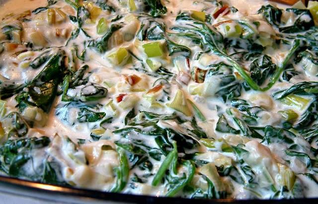 3. Подготовленное филе выкладываем на дно формы для запекания, заливаем соусом. Тушим на плите 10 минут, периодически переворачивая рыбку, или запекаем в духовке 20 минут, если хотите рыбку получить запеченную и румяную.