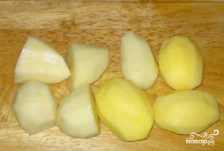 Для супа лучше всего брать небольшие картофелины. Но можно взять и большие, а затем нарезать крупно.