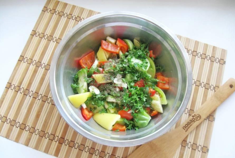 Петрушку помойте и мелко нарежьте. Добавьте в салат. Насыпьте приправы по вкусу.
