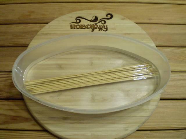 8. Нужно подготовить шпажки бамбуковые для духовки. Чтобы они не горели в процессе выпечки, их предварительно замачивают в холодной воде на 2 часа.