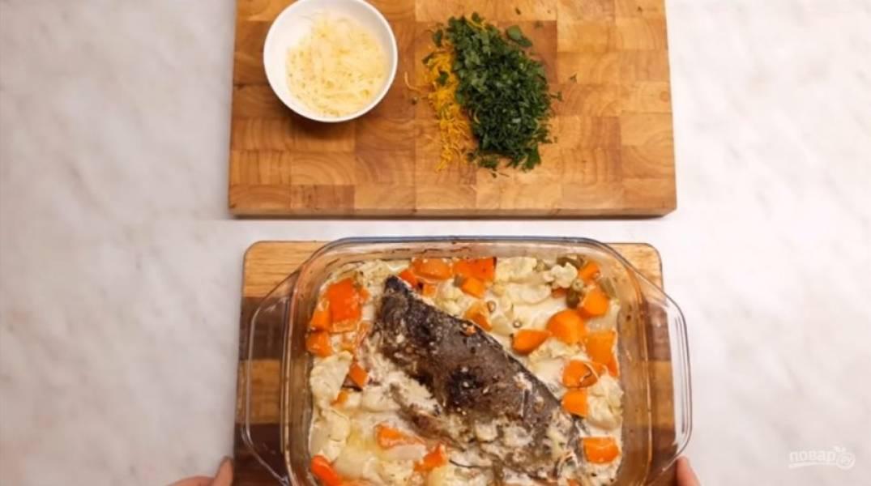 3. Залейте рыбу и отправьте в разогретую до 200 градусов духовку примерно на 1 час.