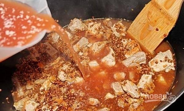 7.Вливаю воду с томатной пастой, все хорошенько перемешиваю.