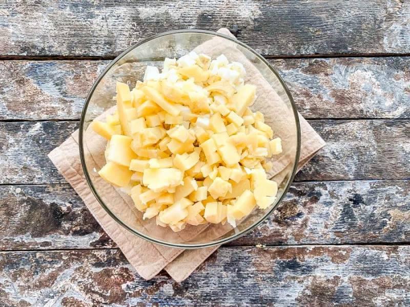 Картофель очистите от кожуры, нарежьте кубиками и выложите в тарелку.