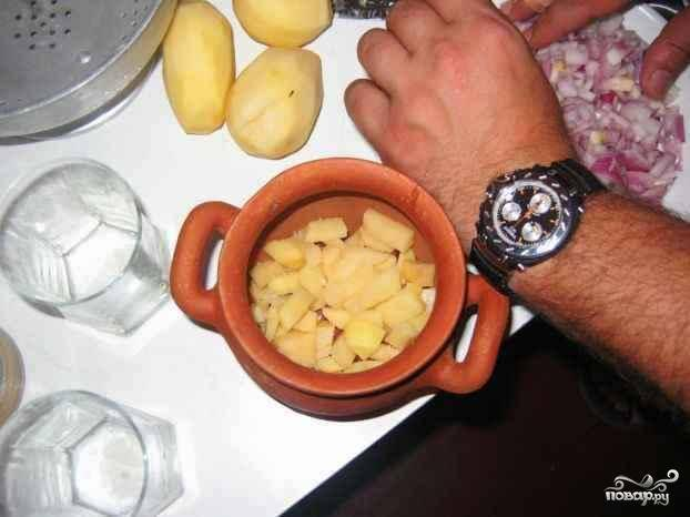 Далее в горшочки отправляется картофель.