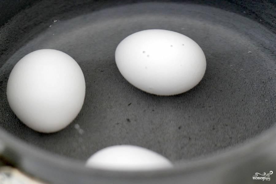 Кладем яйца в небольшую кастрюлю с водой и уксусом и доводим     до кипения. Как только вода закипит, выключаем огонь, накрываем  крышкой и оставляем на 15 минут.