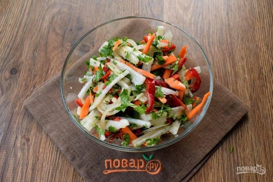 Овощи посолите и залейте заправкой, перемешайте, накройте. Дайте настояться салату несколько часов, можно оставить на ночь.