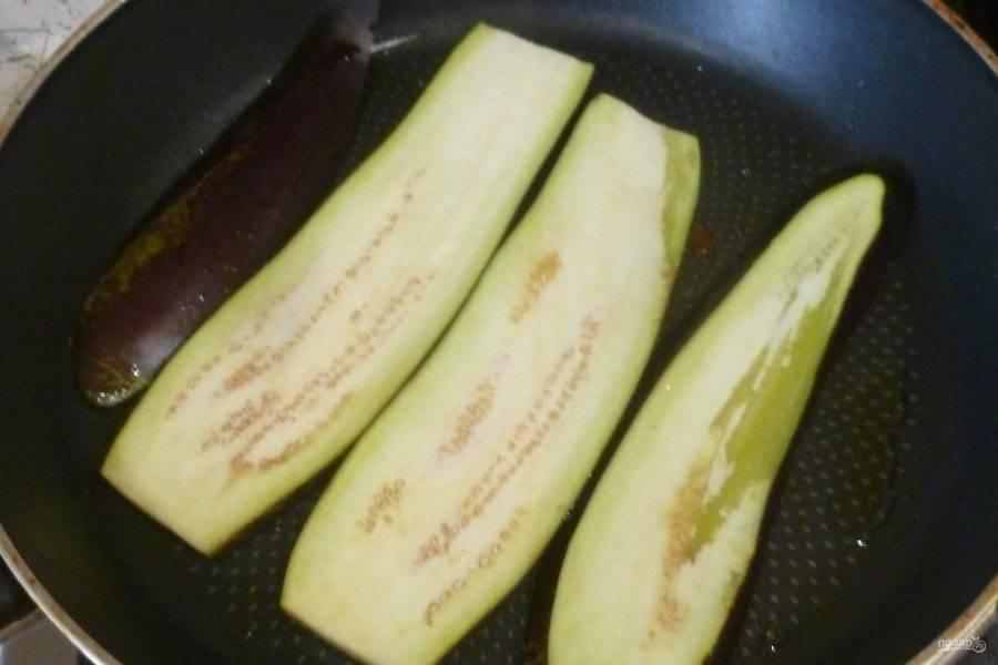 Баклажаны нарежьте вдоль толстыми ломтиками, обжарьте с двух сторон, добавив немного масла.