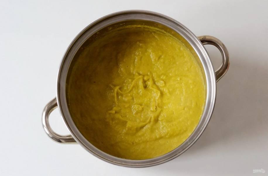 Затем погружным блендером измельчите овощи в пюре. Снова доведите до кипения.