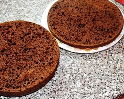 Готовый остывший бисквит разрезаем на две неравные части. Меньшая часть будет основой торта. Пропитываем обе части сладкой водичкой.