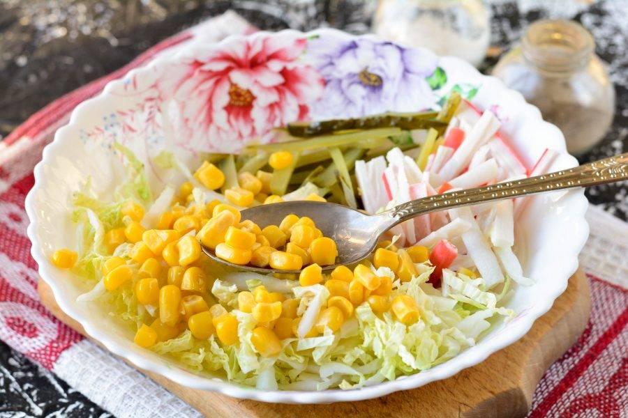 Добавьте в салат консервированную кукурузу.