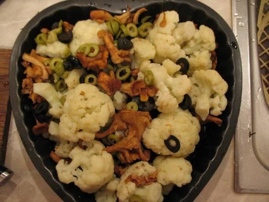 6. Жаропрочную форму смазать немного растительным маслом и выложить туда капусту с грибами. Сверху тоже брызнуть немного масла.