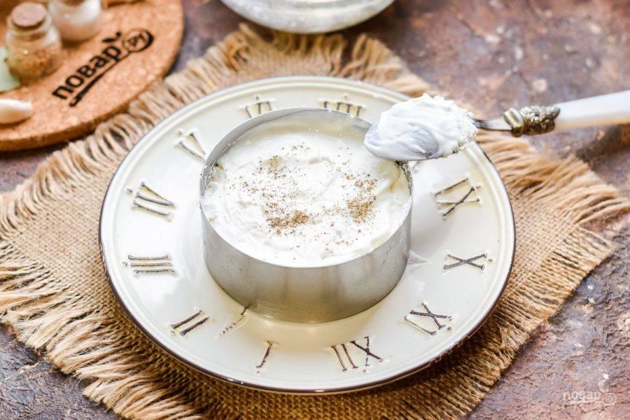 Смажьте слой творожного сыра майонезом, добавьте соль и перец по вкусу.