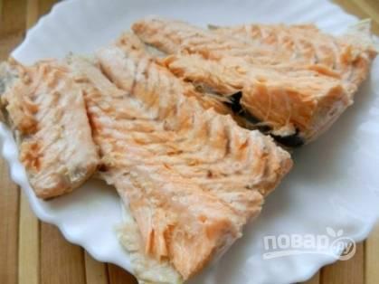 Готовый лосось необходимо достать из бульона и очистить от костей.