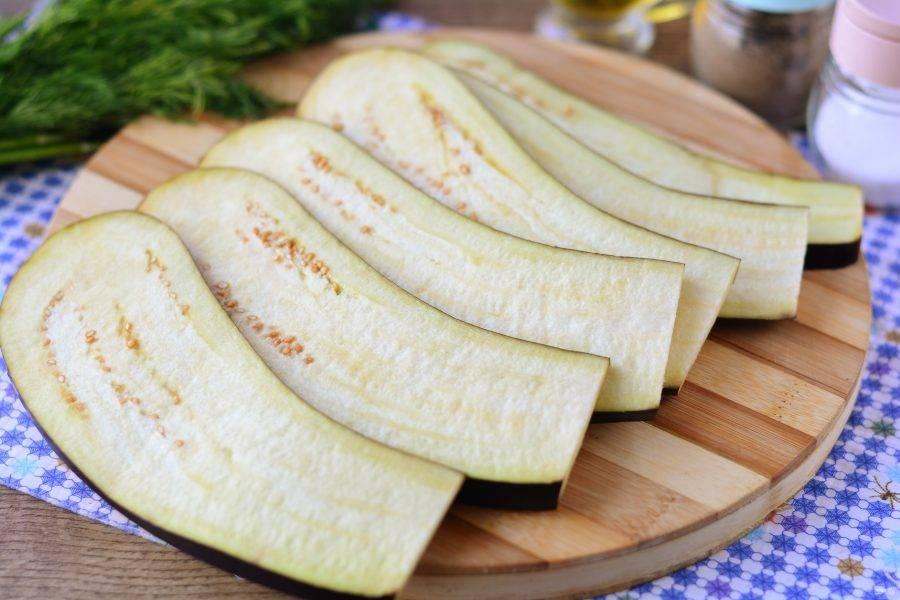 Нарежьте баклажаны длинными пластинами.