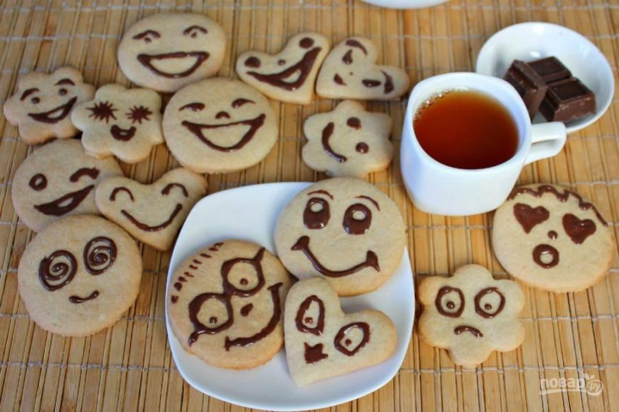 Отправляем печенье в холод на 10 минут. Смайлики готовы, приятного аппетита.