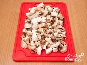 Пока поджаривается лук, займемся грибами. Чистим их, моем и нарезаем.