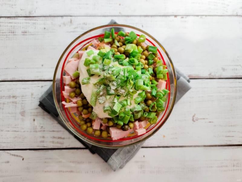 Заправьте салат майонезом, добавьте мелко нарезанный зеленый лук, соль и хорошо все перемешайте.