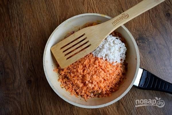 Добавьте чечевицу и рис, обжарьте в течение 5 минут, помешивая.