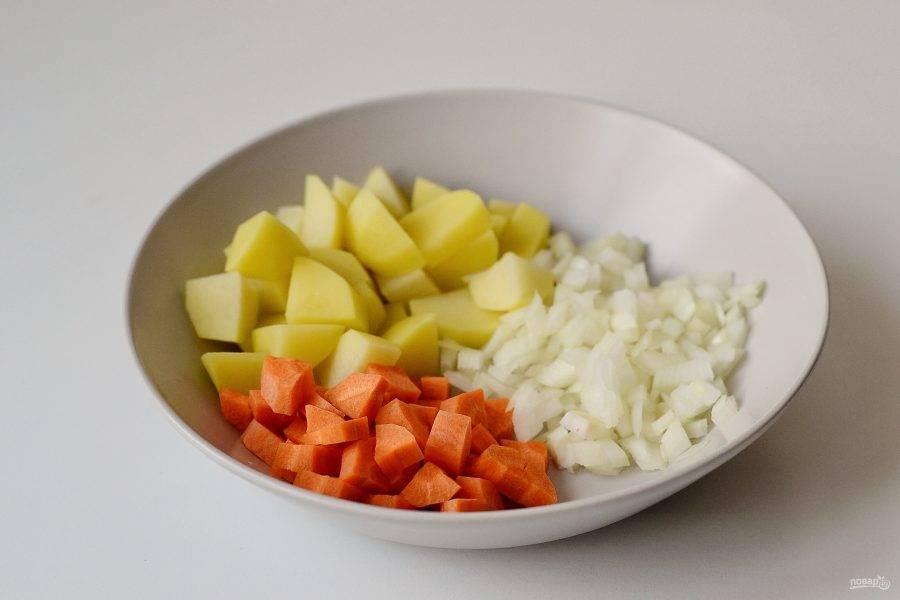 Лук, морковь и картофель очистите от кожуры, затем нарежьте кубиками.
