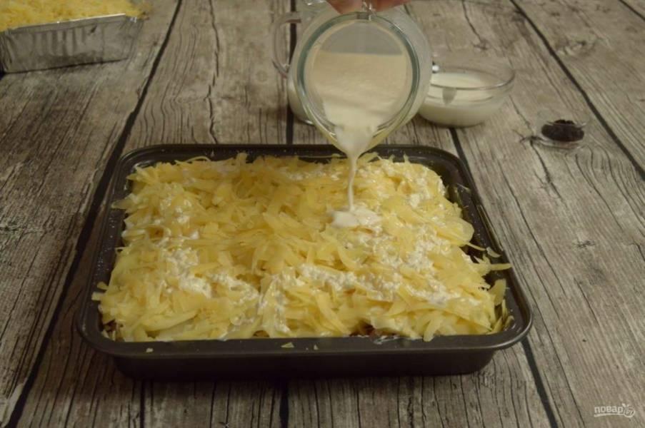7. Смешайте майонез  с молоком (тогда лучше не промазывать слои майонезом) и залейте содержимое так, чтобы соус едва покрыл поверхность.
