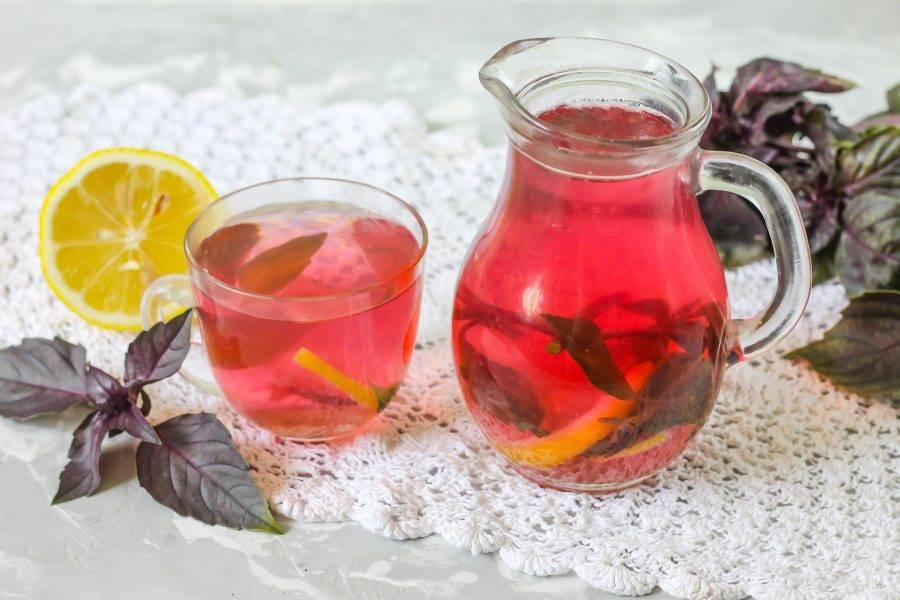Охладите напиток и разлейте его в стаканы, чашки, налейте в кувшин. Если не собираетесь дегустировать компот сразу же, извлеките из жидкости листья растения и дольки лимона - они начнут выделять горечь.
