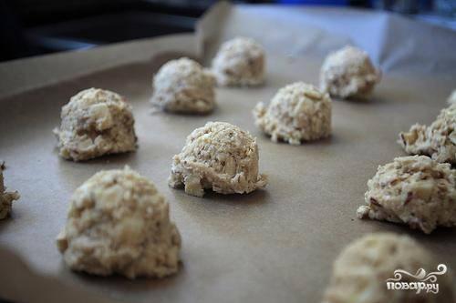 6. С помощью ложки выложить тесто на противень в виде небольших шариков. Печенье должно располагаться на расстоянии 2,5 см друг от друга.