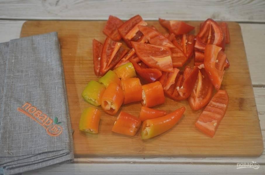 2. У перца удалите плодоножки. У сладкого перца удалите семена.