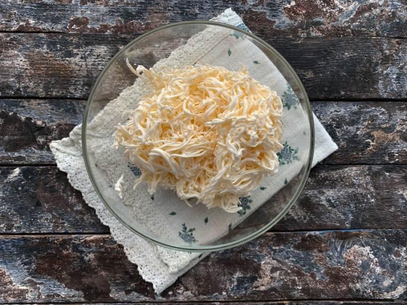 Плавленый сыр натрите на мелкой терке.