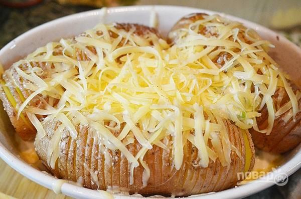 Присыпьте сыром и запекайте ещё 15 минут.
