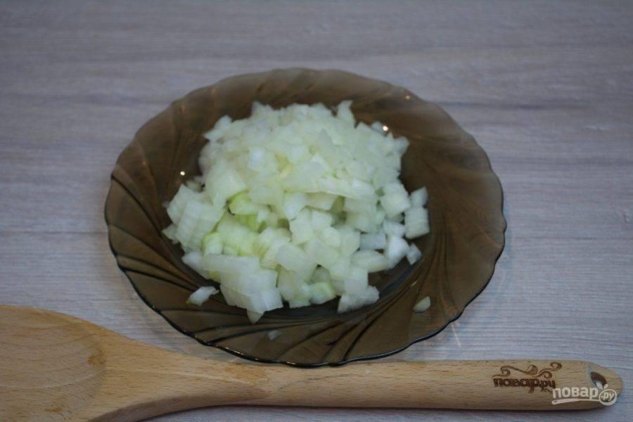 Репчатый лук надо нарезать кубиком. Для ленивых: можно использовать блендер, чтобы измельчить лук.