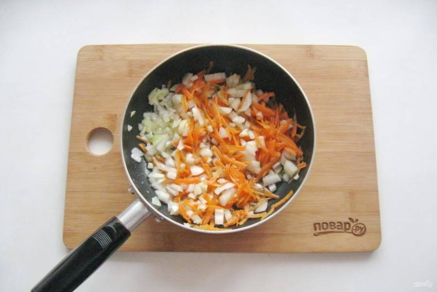 Слегка припустите овощи на сковороде в течение 7-8 минут. Сильно зажаривать не нужно.