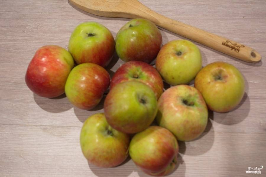 Для приготовления сока яблоки нужно вымыть. Не имеет значения, какой сорт яблок вы используете. Мне больше нравится смешивать сорта яблок. Цвет у такого сока получается темный. Это происходит под воздействием воздуха на яблочную мякоть.