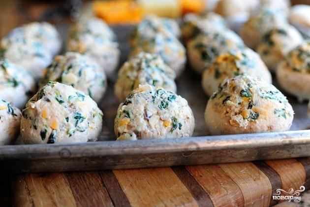 8. Выложить грибы на противень или в форму для выпечки и запекать в духовке течение 20-25 минут. Подавать сразу же или дать остыть до комнатной температуры.