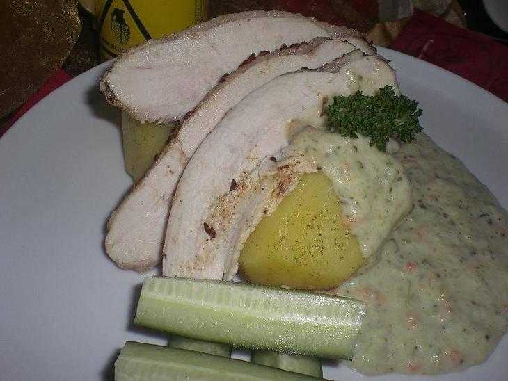 Подайте курицу на пару с овощами.