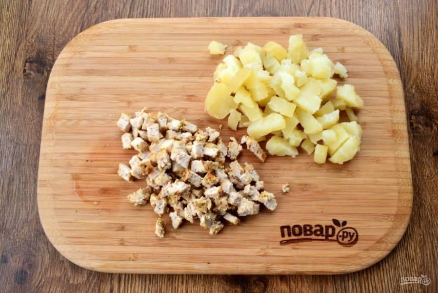 Картофель очистите. Грудку и картофель нарежьте мелкими кубиками, посолите и поперчите по вкусу.
