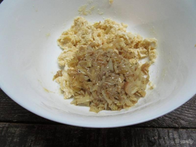 Отправьте в тесто остывшую капусту и замесите его. Тесто будет чуть липнуть к рукам. Заверните в пищевую пленку и отправьте в холодильник на 20 минут.