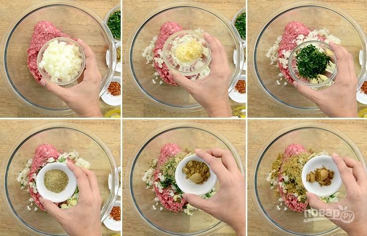 1. В емкости смешайте фарш, кориандр, фенхель, тмин и красный перец.