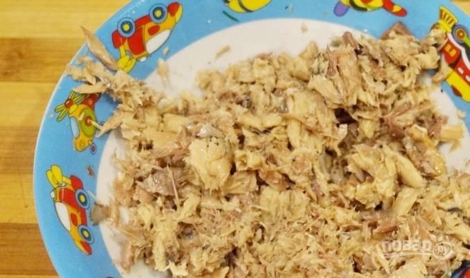 Заранее отварите яйца вкрутую. Из сайры слейте масло, а саму рыбу раздавите вилкой.