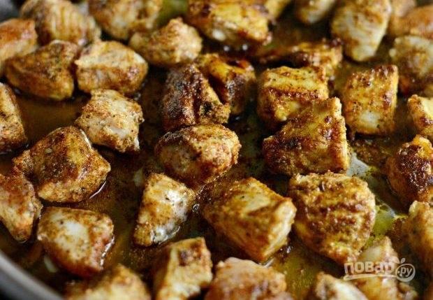 3. После этого обжарьте курицу в масле с обеих сторон по 4 минуты. Делайте это в большой сковороде. Грудку удалите с огня.