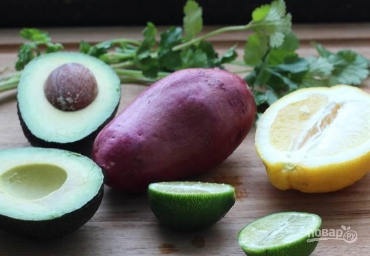 1.Отправьте целый картофель в кипящую воду и варите 3 минуты, затем удалите. Разрежьте пополам авокадо, удалите косточку.