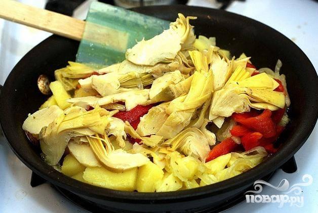 2. Нагреть 2 столовые ложки оливкового масла в средней сковороде на среднем огне. Добавить лук и жарить, от 3 до 5 минут. Добавить картофель и жарить, аккуратно помешивая, в течение 5 минут. Добавить артишоки и сладкий перец и жарить, помешивая, еще 2-3 минуты. Выложить овощную смесь в миску и дать остыть полностью.