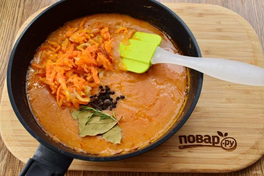 Лук измельчите, морковь натрите на крупной терке, сельдерей нарежьте мелкими ломтиками. Обжарьте на разогретом оливковом масле до мягкости. Добавьте пассерованные овощи, соль и специи в соус, поставьте на медленный огонь и тушите в течение 1 часа до выпаривания 1/4 части соуса. Затем соус с овощами следует протереть через сито.