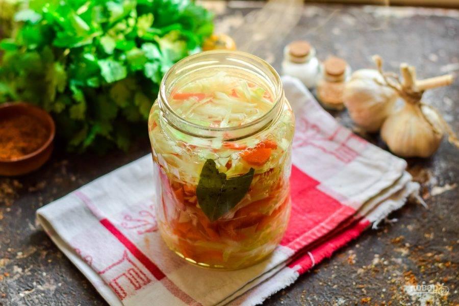 На плите приготовьте маринад из воды, уксуса, масла и сахара, добавьте соль. Проварите 5 минут и влейте к капусте.