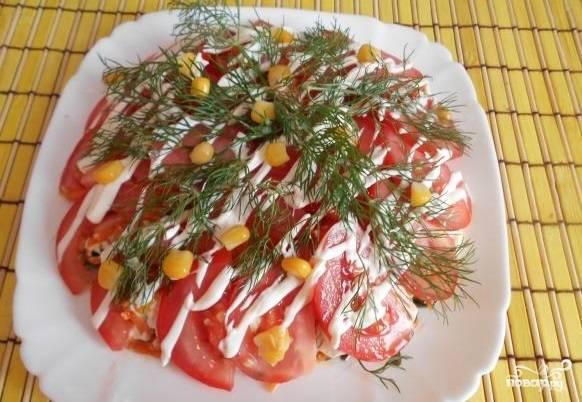 12. Посыпьте нарезанным укропом и кукурузой. Вот вы и узнали, как приготовить салат из морской капусты с морковью. Теперь самое время попробовать его. Приятного аппетита!
