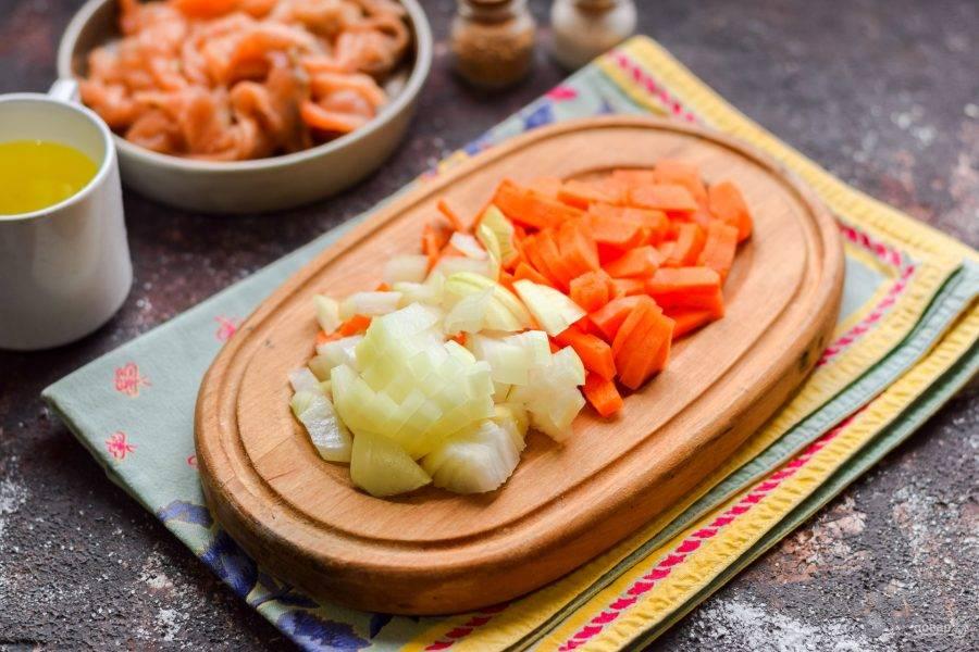 Морковь и лук очистите, сполосните и просушите. Нарежьте лук кубиками, морковь нарежьте брусочками.
